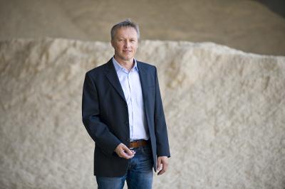 Peter Schweinberg, Geschäftsführer, vor dem gefüllten Spänelager.